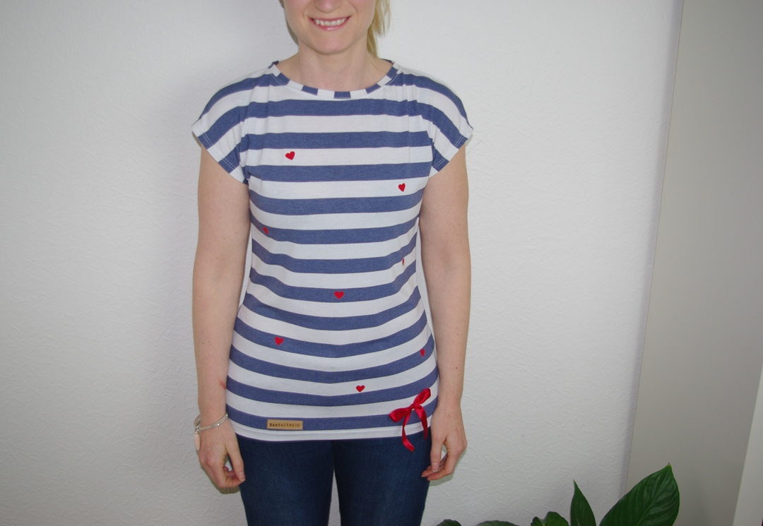Kimonotee von MariaDenmark aus blau weiß gestreiften Jersey mit roten DIY Herzen aus Plotterfolie - Nähblog