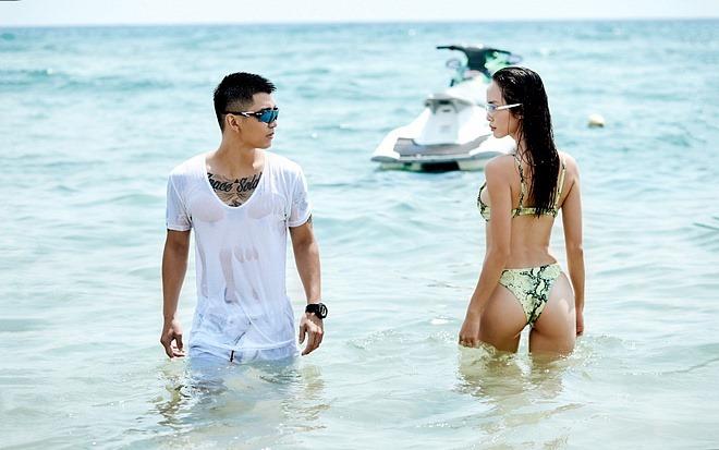 Vũ Ngọc Anh khoe đường cong với bikini họa tiết da rắn 12