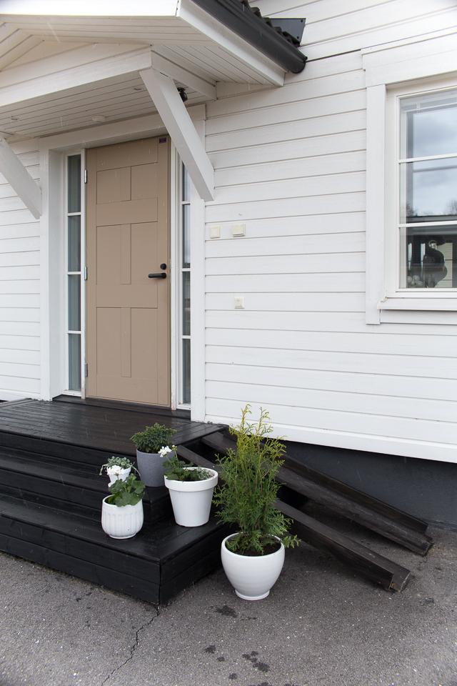 Villa H, etukuisti, musta kuisti, sisääntulo, ulko-ovi, istutukset