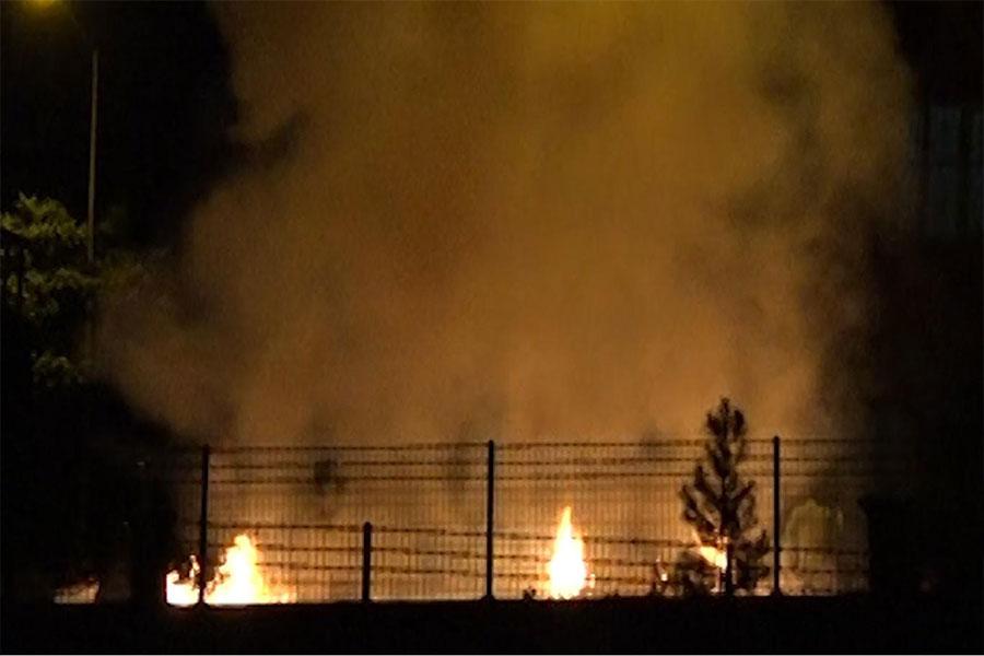 Diyarbakır Kayapınar'da havai fişekler evin bahçesinde yangına neden oldu