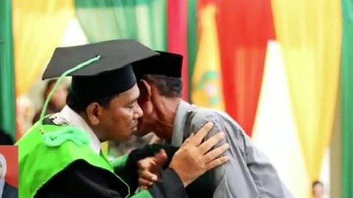 Yang Dibisikkan Rektor Pada Ayah yang Menggantikan Wisuda Anaknya yang Meninggal