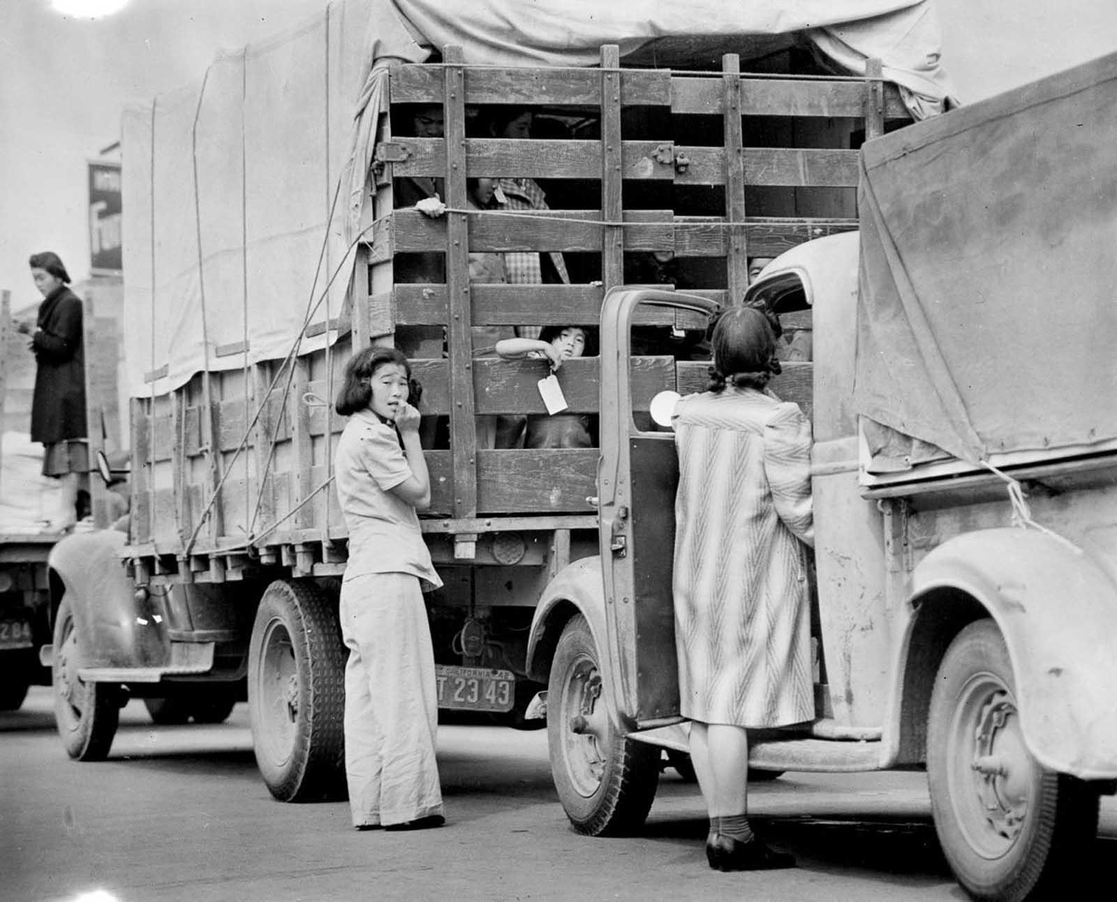 Los últimos residentes japonés-estadounidenses de Redondo Beach parten para ser reubicados en un camión.