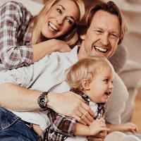 Rodzina korzystająca z konta oszczędnościowego Profit w Banku Millennium