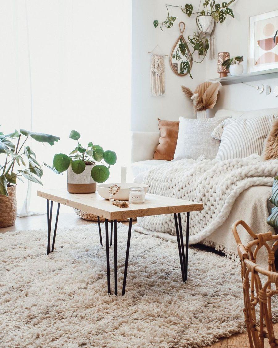 Biel, boho i styl skandynawski, wystrój wnętrz, wnętrza, urządzanie domu, dekoracje wnętrz, aranżacja wnętrz, inspiracje wnętrz, interior design, dom i wnętrze, aranżacja mieszkania, modne wnętrza, home decor, boho, styl skandynawski, scandinavian style, białe wnętrza, salon, pokój dzienny, living room,  sofa, kanapa, stolik kawowy, ława