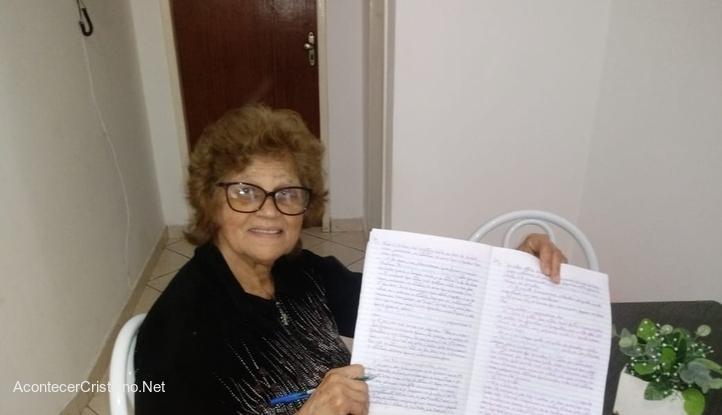 Anciana copia la Biblia a mano