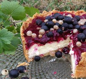 Cheesecake mit Marzipanboden und Jostabeeren - Detail