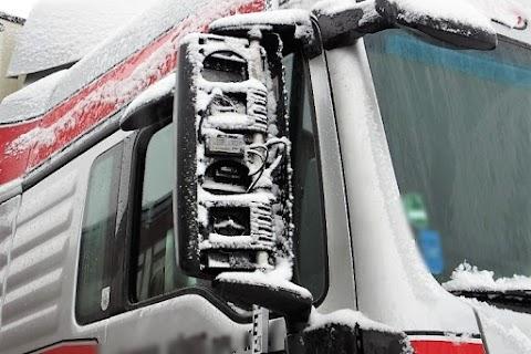 Bottal verte szét kollégája visszapillantóját a kamionsofőr egy berettyóújfalui parkolóban
