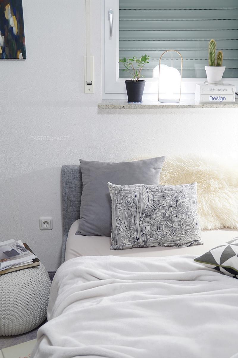 Schlafzimmer am Abend gemütlich dekorieren mit Tischleuchten, grauen und weißen Wohntextilien im modernen skandinavischen Wohnstil. Tasteboykott.