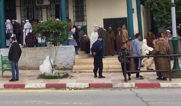 الشرطة تتدخل لتنظيم الوافدين لتقاضي منحهم ببنك عين مران