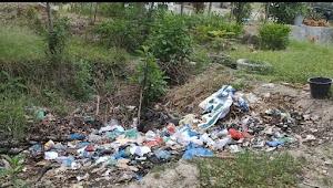 Mobiler Kantor Terlantar dan Sampah Berserakan di Kantor Dinas Wisata Samosir