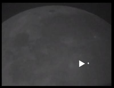 ارتطام نيزك بسطح القمر يشاهد بالعين المجردة من الارض
