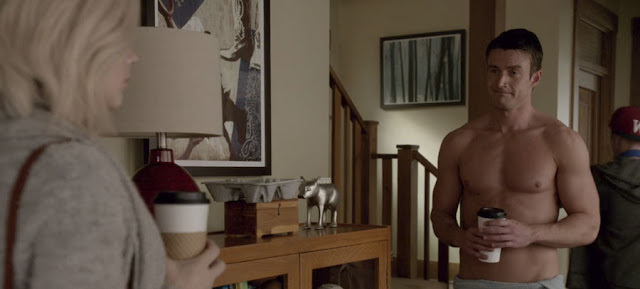 el personaje de Major Lilywhite recibe a las visitas en toalla