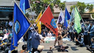 Ratusan Mahasiswa UGJ Unjuk Rasa Di Depan Mapolres Cirebon Kota