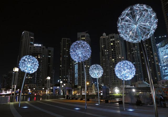 夜の街に美しいタ光のンポポが咲く?タンポポのような街灯【a】