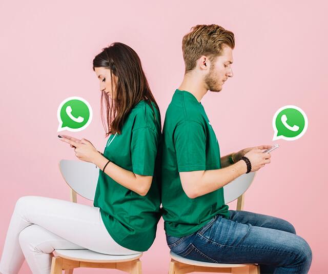 Duas pessoas verificando se o whatsapp esta ativo no celular