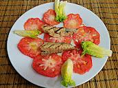 ensalada de tomate, cogollos de lechuga y caballa al grill