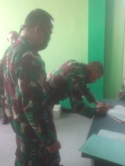 """Mojokert - Satu-persatu Perwira Korem 082/CPYJ mengikuti proses pemeriksaan dengan menggunakan rapid tes di Labkesda Kabupaten Mojokerto, Jawa Timur.  Wewenang sementara (Ws) Danrem  082/CPYJ, Letkol Arm Beni Sutrisno S.Sos mengatakan jika pelaksanan rapid tes itu, merupakan komitmen TNI dalam upaya penanggulangan wabah Korona di setiap lini. """"Prajurit tidak luput dari pemeriksaan itu,"""" tegasnya. Selasa, 23 juni 2020.        Selain pemeriksaan, kata Letkol Beni, hampir saban hari dirinya pun memberikan berbagai himbauan ke prajuritnya, salah satunya ialah pola hidup bersih, hingga penerapan social distancing. """"Wajib dilakukan,"""" ujarnya, singkat.  Kepala Dinas Kesehatan Kabupaten Mojokerto, dr. Sujatmiko menambahkan jika hasil dari pemeriksaan pelaksanaan rapid tes Covid-19 itu, nantinya akan segera diumumkan. """"Nanti, hasilnya langsung kita sampaikan ke Korem,"""" bebernya(jayak)"""