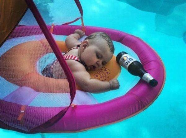 bebê dormindo na piscina