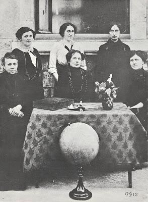 Conseil des maîtresses, école de filles de Chagny, vers 1890. On notera la présence du registre du Conseil posé sur la table (collection musée)