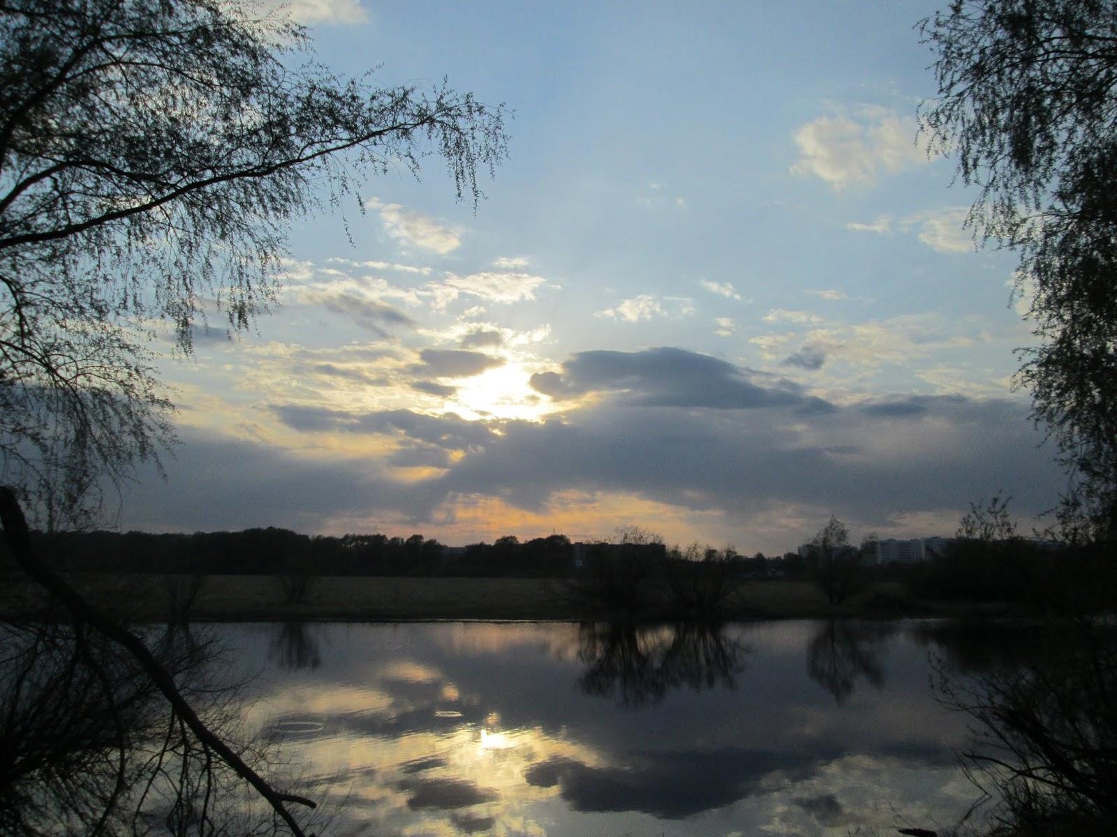 Вечернее небо над рекой