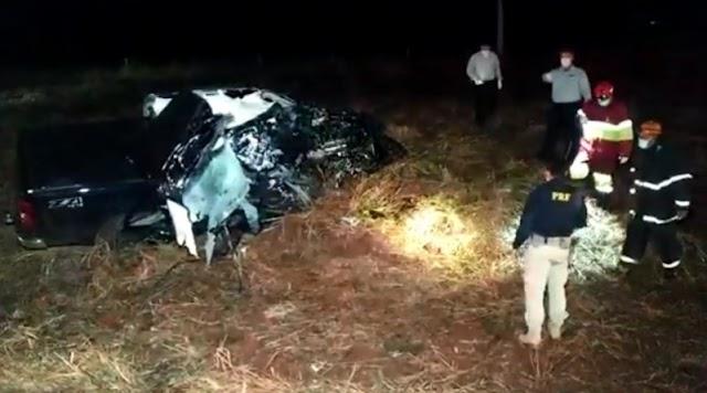 Colisão entre caminhonete e carreta mata jovem de 26 anos