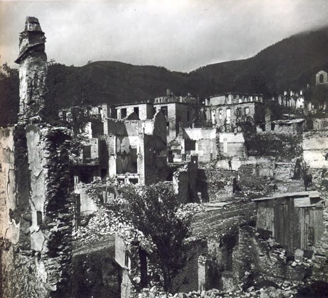 Το πυρπολημένο Καρπενήσι - φωτο: Σπ. Μελετζής