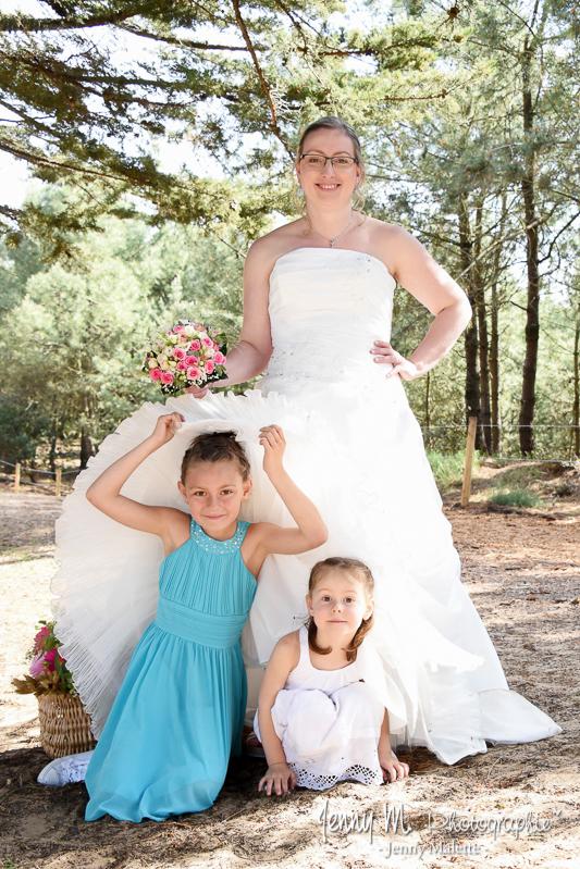 photo fun mariée avec ses filles qui se cachent sous la robe