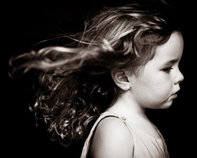 Foto infantil en blanco y negro.
