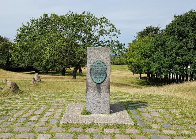 Unsere 11 besten Ausflugstipps für die Ostseeküste Nordjütlands. Auf dem Gräberfeld von Lindholm Hoje in Nordjütland steht auch ein Stein, der einst der Vermessung Dänemarks diente.