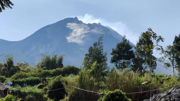 Gunung Merapi Muntahkan Guguran ke Arah Barat