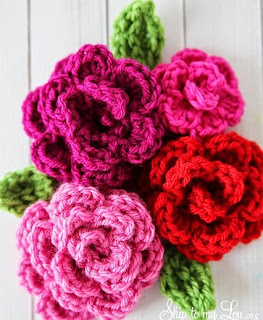 http://translate.googleusercontent.com/translate_c?depth=1&hl=es&rurl=translate.google.es&sl=auto&tl=es&u=http://www.skiptomylou.org/2014/02/27/free-easy-rose-crochet-pattern/&usg=ALkJrhgSR3C28ZPi4utz4gDmGQ3HiS4HlQ