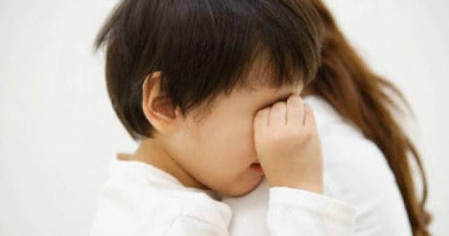 طفل كلما عاد من مدرسته يبدا بالبكاء فسألته أمه عن السبب فكان رده صادماً!
