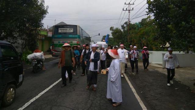 Ikut Aksi Damai 2 Desember, Massa GNPF Ciamis Jalan Kaki ke Jakarta