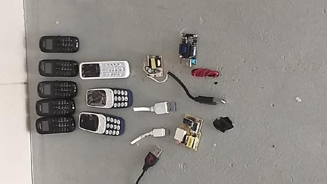 Detento tenta entrar em presídio com 8 celulares no ânus