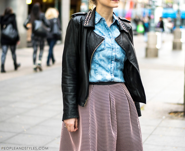 Outfit inspiration: how to wear neoprene midi skirt with biker jacket and wedged ankle boots. Jana Fabijanić, ulična moda, #streetstyle u midi suknji modnog brenda Reserved
