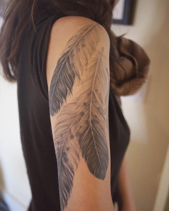 tatuaje de plumas brazo femenino