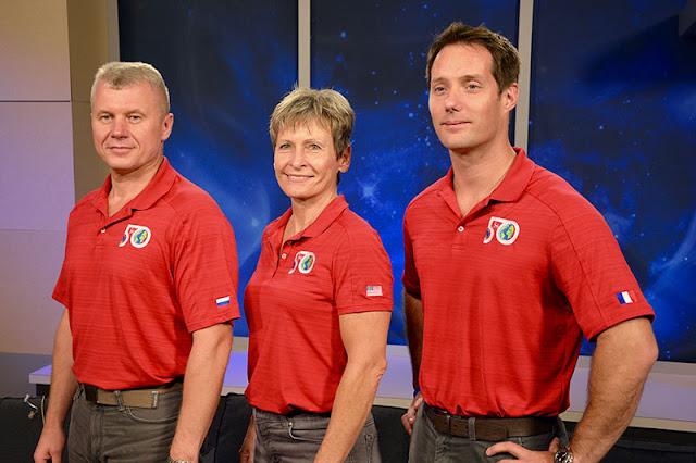 Peggy Whitson entourée de Oleg Novitski et Thomas Pesquet avant leur départ pour l'ISS