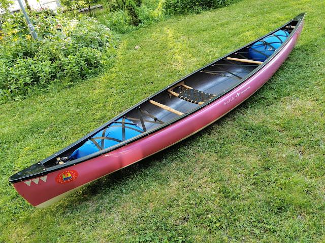 Pinkki Kolibri kanootti nurmikolla