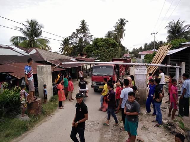 Masyarakat Singguliang Hentikan Truck Bertonase Besar