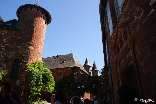 Vista delle tipiche torri presenti nel villaggio di Collonges la Rouge