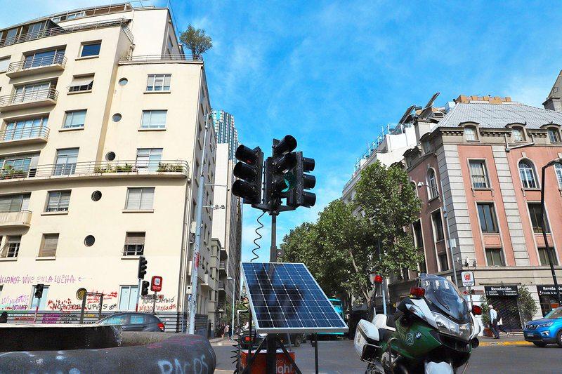 Primer semáforo móvil de Santiago se carga con radiación solar y funciona por 60 horas