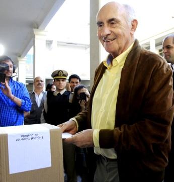 Foto de Fernando de la Rúa en plena votación