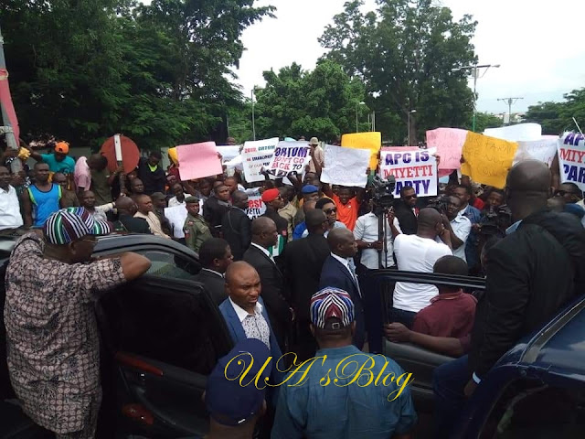BREAKING: Angry youths stop Ortom's convoy in Benue, insist he must not see Buhari, APC leaders [PHOTOS]