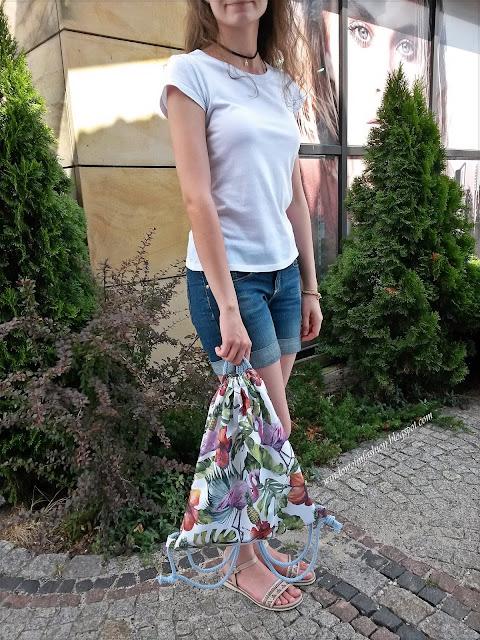 T-shirt szorty, sandały, plecako- worek