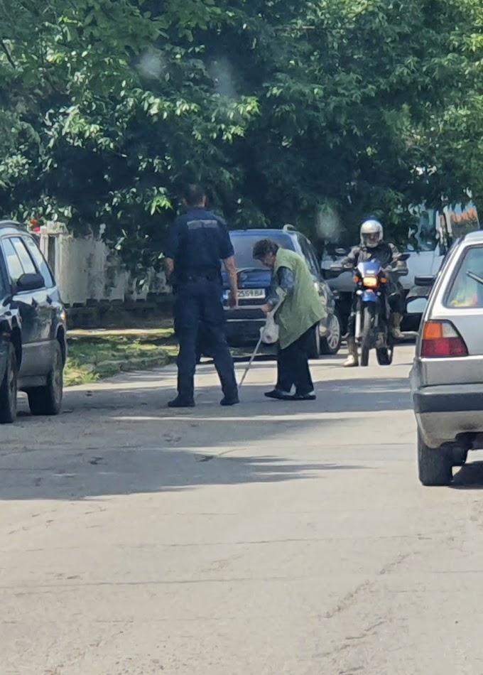 Респект към този полицай в Кюстендил, спря движението и помогна на възрастна дама да пресече