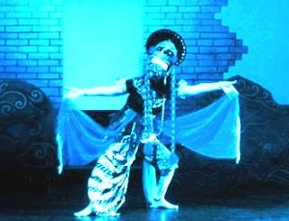 Sepanjang sejarah mengenai perkembangan Topeng Banjet telah mengalami beberapa perubahan,  walau secara khalayak masih bersifat tradisional. Sandangan  (busana) yang dipakai oleh nayaga/personil umumnya memakai sandangan seadanya, terlebih ketika masa silam ada yang hanya memakai kaos oblong saja dan pakaian luar dibungkus dengan sarung yang ikat, terkait pada pinggang. Pagelaran pada masa ini perubahan kostum khususnya pada personil (yogo/niyogo) yang terlihat seragam. Busana pelawak juga terkesan bebas dan expresif, jaman dulu pelawak terkadang tidak mengenakan baju dan hanya memakai sarung saja.
