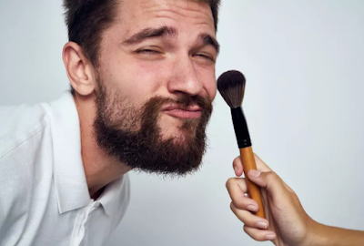 Kisah Pria Tegur Wanita Berdandan di Muka Umum