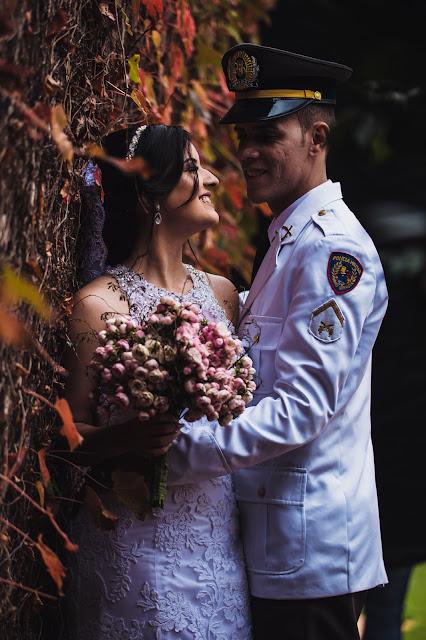 fotos dos noivos na parede de folhas