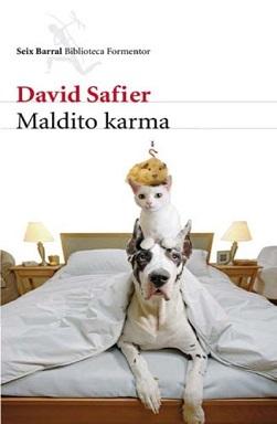 Portada de la novela Maldito Karma de David Safier, donde se ve en una cama un perro Gran Danés, con un gato subido a su espalda y una cobaya subida a la espalda del gato.