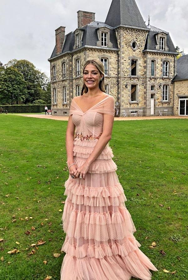 Luma Costa vestido nude rose para madrinha de casamento no campo